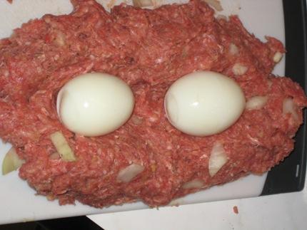 2-harte-eier-ins-hack-hineindrucken.JPG