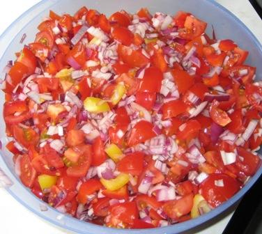 tomaten-paprika-zwiebeln-unterheben.JPG