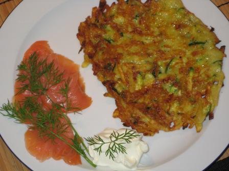 kartoffel-zucchini-puffer-mit-lachs-und-dill-und-creme-fraiche.JPG
