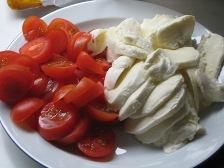 tomaten-und-mozzarella-schneiden.JPG